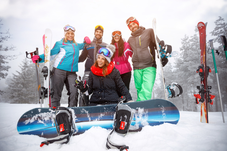 """Gruppe Freunde an den Winterferien â ? """"lächelnde Skifahrer, die Spaß auf dem Schnee haben"""
