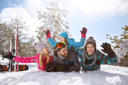 冬休みに雪を楽しんで幸せな家族