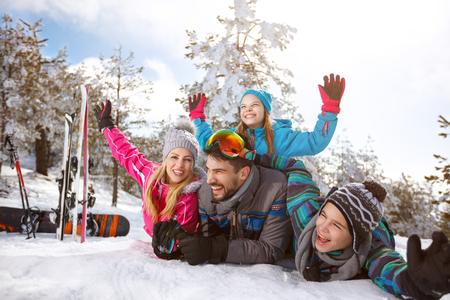 冬休みの雪の中で一緒に幸せな若い家族