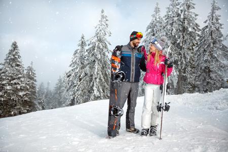 Verliefde paar samen bij het skiën voor de wintervakantie