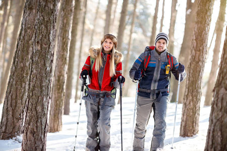 Couple of hikers in winter hiking together  Banque d'images