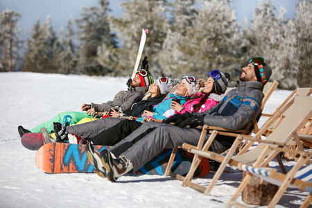 Skiers on mountain sunbathing in sunbed  Banque d'images