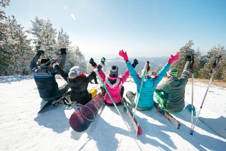 山の風景を観察する幸せな友人のグループ 写真素材