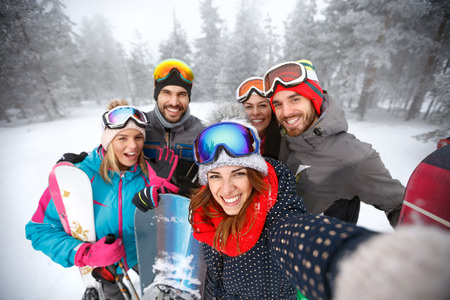 Smiling group of skiers together in mountain  Imagens