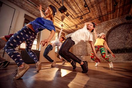 Grupo de personas profesionales que ejercen entrenamiento de danza en estudio