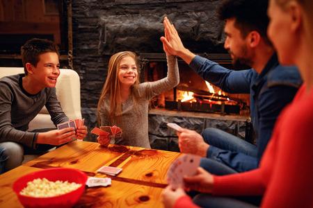 Glückliches süßes Mädchen gewann im Kartenspiel Standard-Bild - 104216894