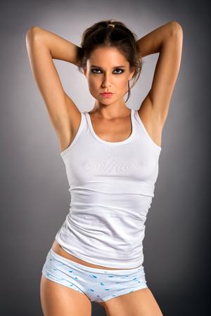 Joven mujer sensual en ropa interior cómoda