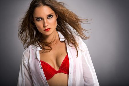 Schöne attraktive Frau im roten BH, Schönheitsporträt