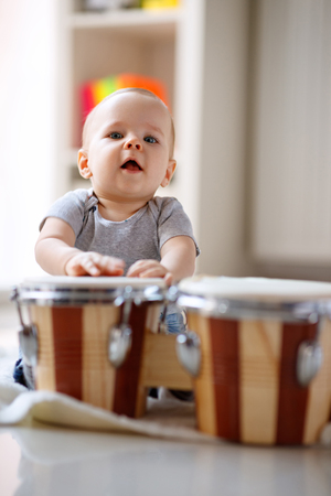 Little cute male child tapping drums Archivio Fotografico - 103670905