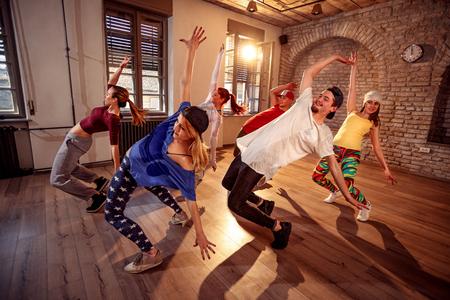Groep van professionele danseres dansen training in de studio