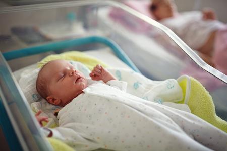 Neugeborenes männliches Baby im Entbindungsheim Standard-Bild - 103691816