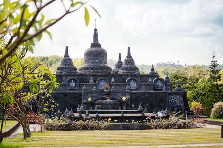 Temple bouddhiste avec des statues de Bouddha en pierres Banque d'images
