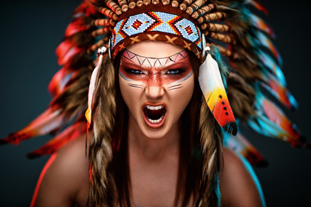 Wild angry Indian woman with headdress 写真素材 - 106594595