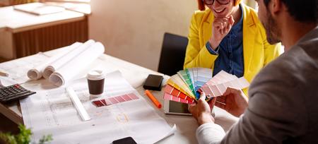 Werken aan ontwerp-paar ontwerper bespreken kleurenpalet Stockfoto