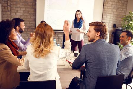 Debatte über das Geschäftsseminar nach der Rede Standard-Bild