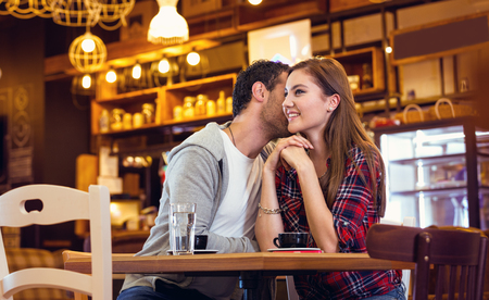 Candid young couple smiling in coffee shop Foto de archivo - 111267583