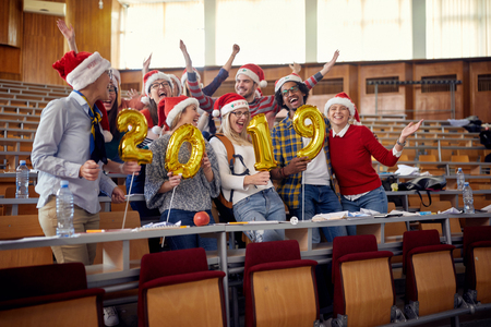group of Smiling international students in Santa hat celebrating holiday Standard-Bild