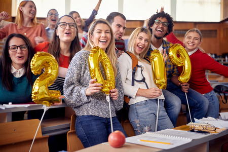 一群同事在大学的新年庆祝活动中获得乐趣
