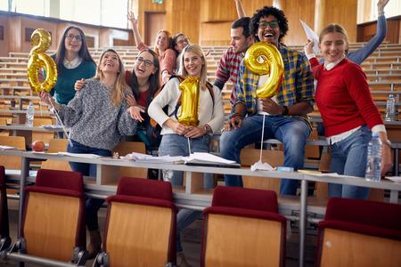 年轻的朋友们在大学聚会庆祝节日