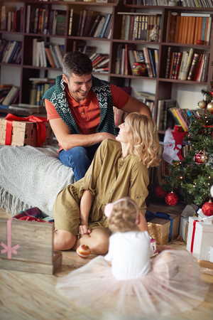 Christmas smiling family near the Xmas tree. Banque d'images - 115377761