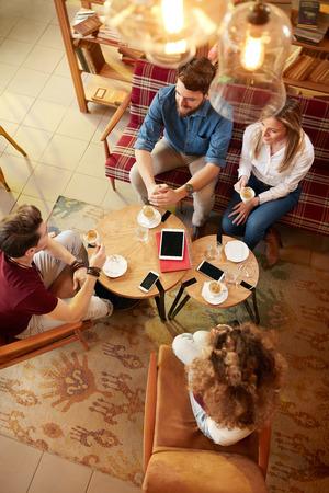 Vista superior de la pareja de dos estudiantes en café
