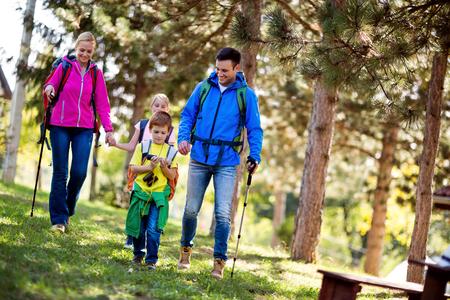Familie avontuur dag op de berg Stockfoto