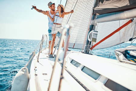 Romantic vacation and luxury travel. Happy man and woman on a sailboat Banque d'images - 122216079