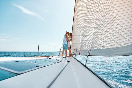 Junger glücklicher Mann und Frau in der Liebessegelbootyacht