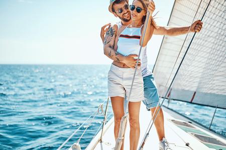 Vacances en croisière. Couple heureux romantique sur yacht Banque d'images