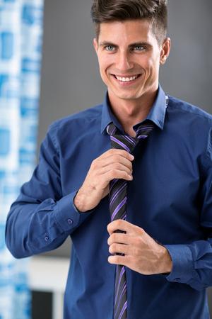 Hombre sonriente preparándose, rutina matutina