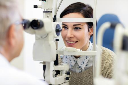 Patientin ist auf einem Ophthalmoskopgerät zur Überprüfung der Augen