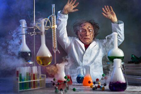 Verrückter Wissenschaftler mit schmutzigem Gesicht im Labor, umgeben vom Rauch der Explosion