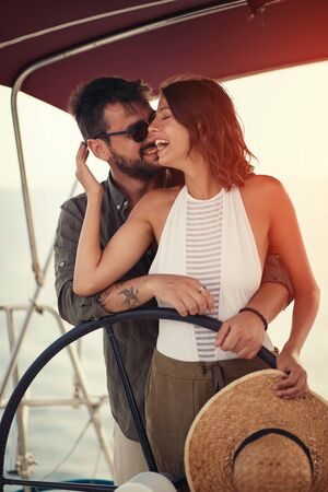 Summer romance on vacation – Happy couple on the luxury boat enjoy Banque d'images - 126342121