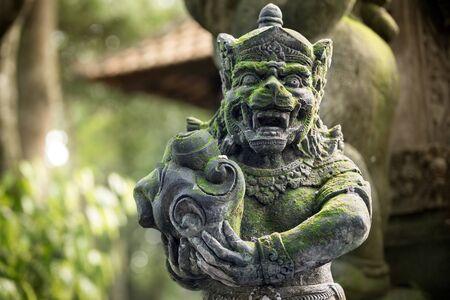 Statues de démons ou de dieux au temple dans le sanctuaire de la forêt des singes à Ubud, Bali Banque d'images