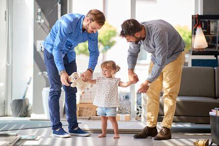 padre con niño sonriente en la tienda para el hogar