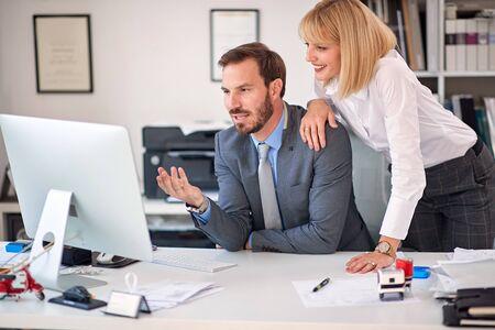 zakenvrouw en zakenman op kantoor werken samen.