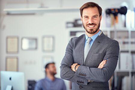 Retrato de hombre de negocios exitoso en la oficina.
