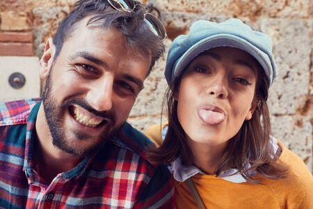 Hombre y mujer felices hacen selfie divertido en vacaciones