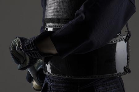 戦いのための準備竹刀 (竹剣) と伝統的な剣道防具の剣道戦闘機のクローズ アップ。灰色の背景のスタジオで撮影します。