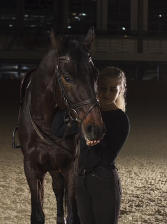 Jockey kijkt naar haar mooie paard