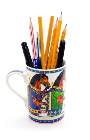 kugelschreiber: Ein moderner Becher voll Stifte und isoliert auf weiß Bleistifte.
