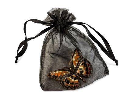 bounty: bolsa transparente negro con broche de mariposa aislado más de blanco.