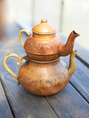 kettles: Calderas de cobre turcos sobre una mesa de madera