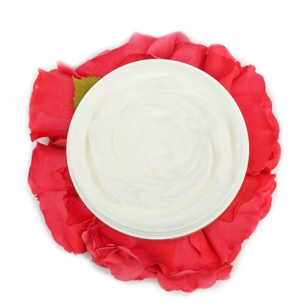 isilated: Cream on a bouquet of red roses and spring flowers isilated on white background