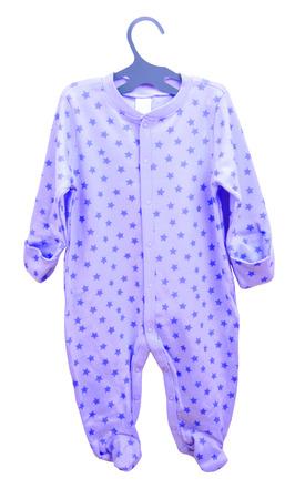 artículos para bebés colgando. cuerpo de la ropa deslizadores cosmonauta pijama de los niños en una percha aisladas sobre fondo blanco.