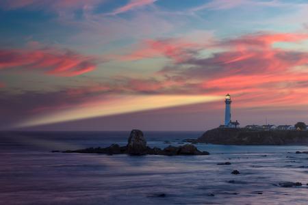 Latarnia morska Belka o zachodzie słońca, Pigeon Point Lighthouse, wybrzeża Pacyfiku w Kalifornii