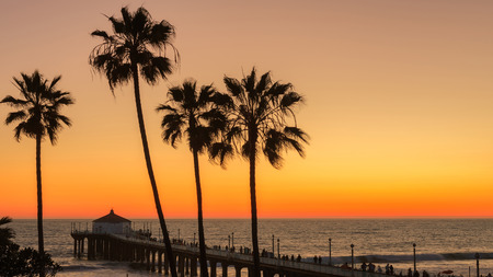 De Palmen en Manhattan Beach Pier onder een zonsondergang
