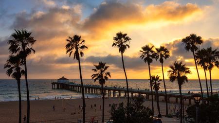 Por do sol em Manhattan Beach Pier e no sul da Calif Imagens