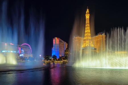 bellagio fountains: The Bellagio dancing fountains at night in Las Vegas