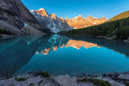 밴프 국립 공원 캐나다에서 일출 Moraine 호수의 아름 다운 청록색 바다